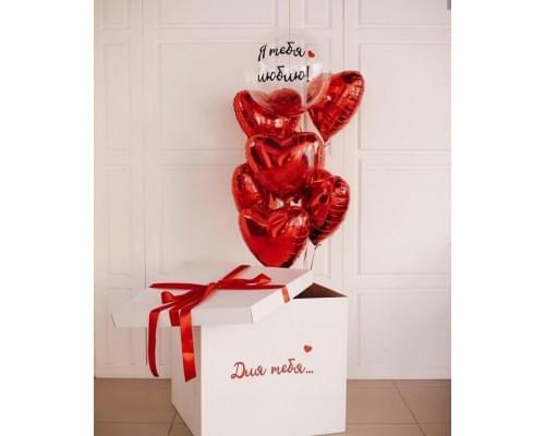 Коробка с красными сердцами из фольги и Bubble с перьями